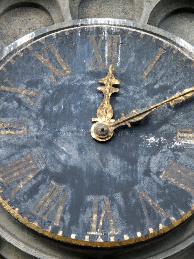 Vecchio orologio stagionato della chiesa fotografia stock