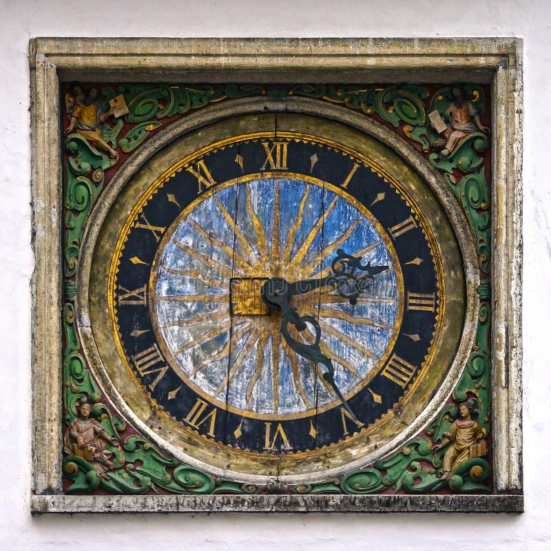 Vecchio orologio a Tallinn, Estonia, Europa fotografia stock