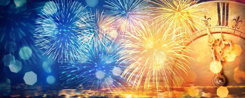 Vecchio orologio vicino alla mezzanotte, ai fuochi d'artificio ed alle luci ` S del nuovo anno e fondo di Natale illustrazione vettoriale