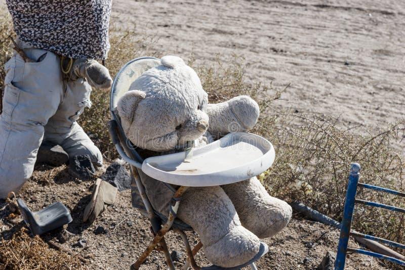 Vecchio orso misero sporco in sedia immagini stock