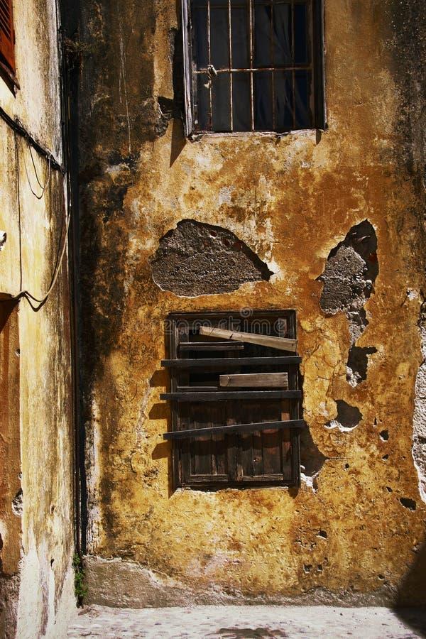 Vecchio otturatore della finestra fotografia stock