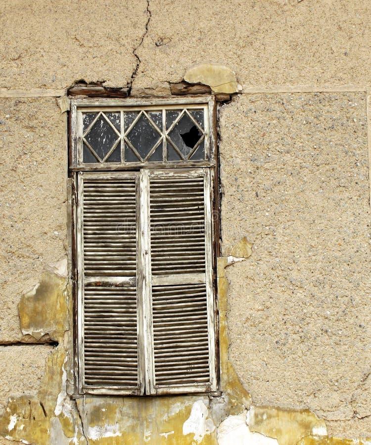 Vecchio otturatore della finestra fotografie stock