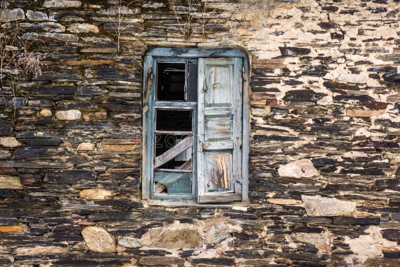 Vecchio otturatore rotto della finestra fotografia stock libera da diritti