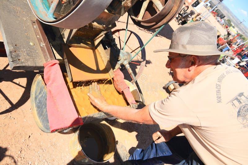 Vecchio ovest: Prospettore moderno dell'oro al macinatoio a pestelli antico immagine stock