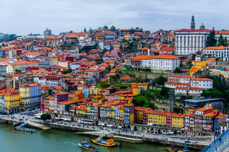 Vecchio paesaggio urbano delle case di Oporto al fiume del Duero immagine stock libera da diritti