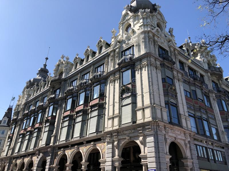 Vecchio palazzo di affari nel centro urbano di Zurigo fotografia stock libera da diritti