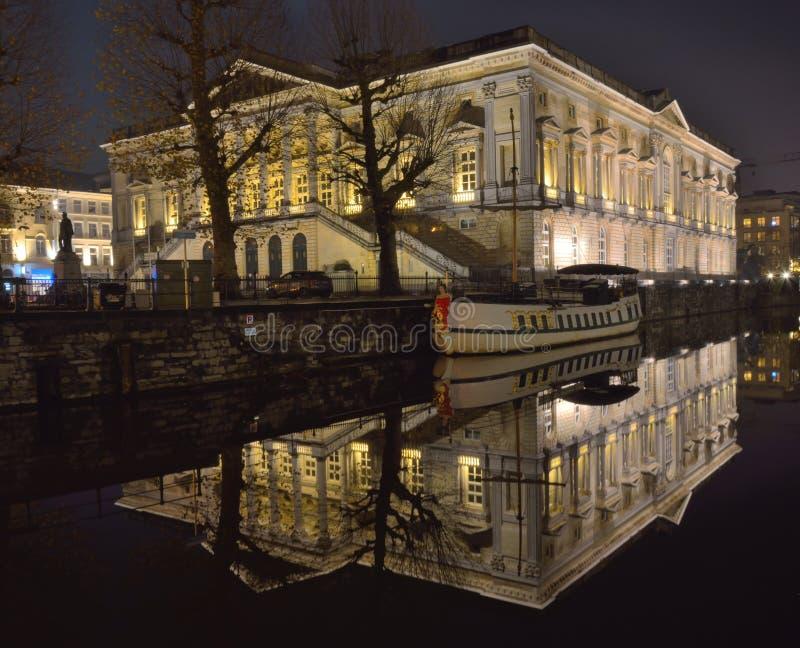 Vecchio palazzo di giustizia, reflexted in un canale nella città di Gand fotografia stock libera da diritti
