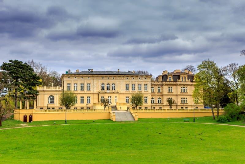 Vecchio palazzo in giardino fotografia stock