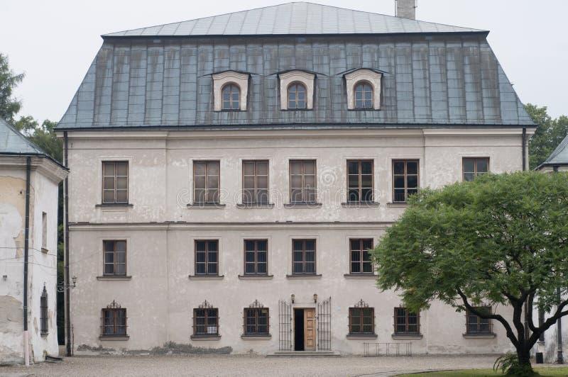 Vecchio palazzo in piccola città polacca fotografie stock libere da diritti