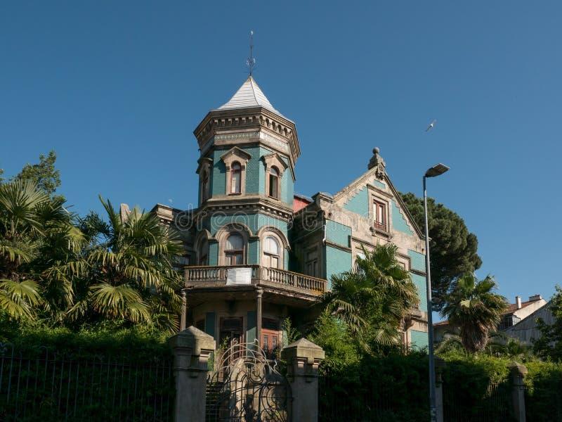 Vecchio, palazzo portoghese tradizionale a Oporto, Portogallo, ora vuoto ed abbandonato immagini stock