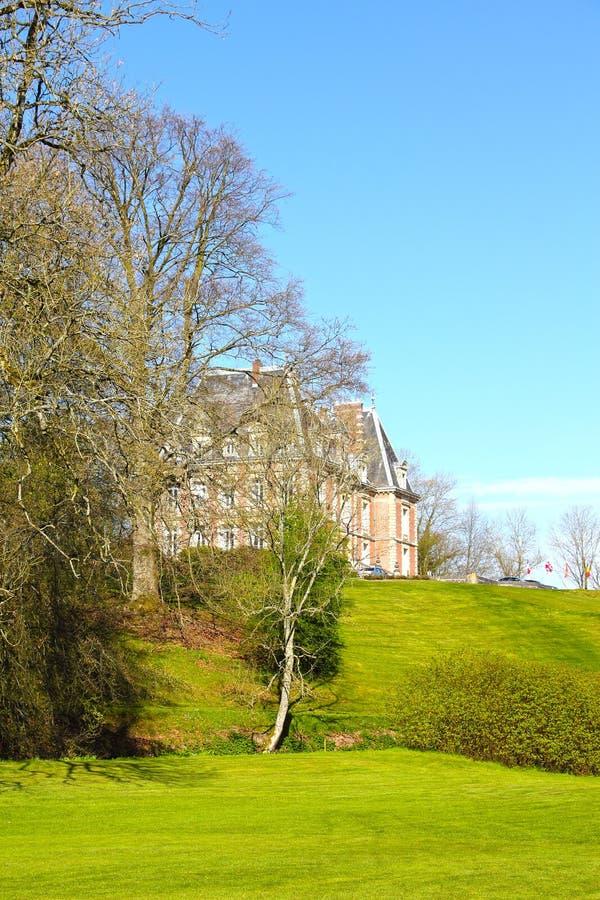 Vecchio palazzo sulla collina verde immagini stock