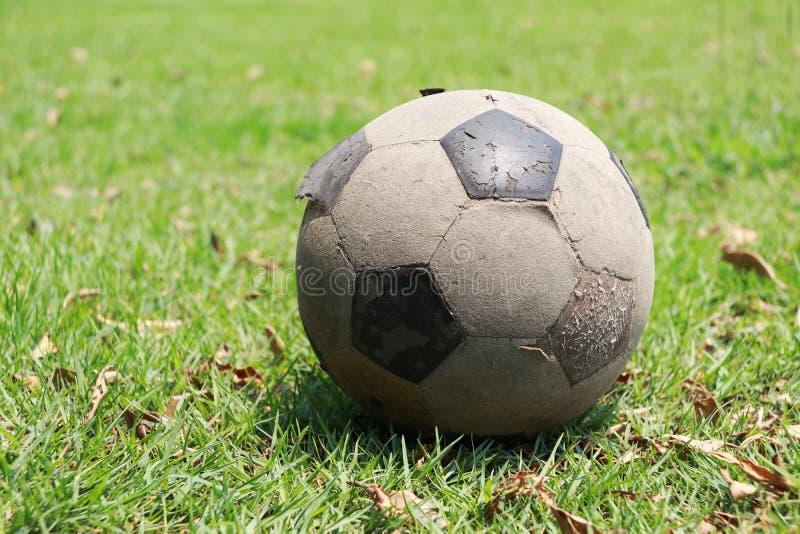 Vecchio pallone da calcio disposto sul campo Calcio misero sul gree immagine stock libera da diritti