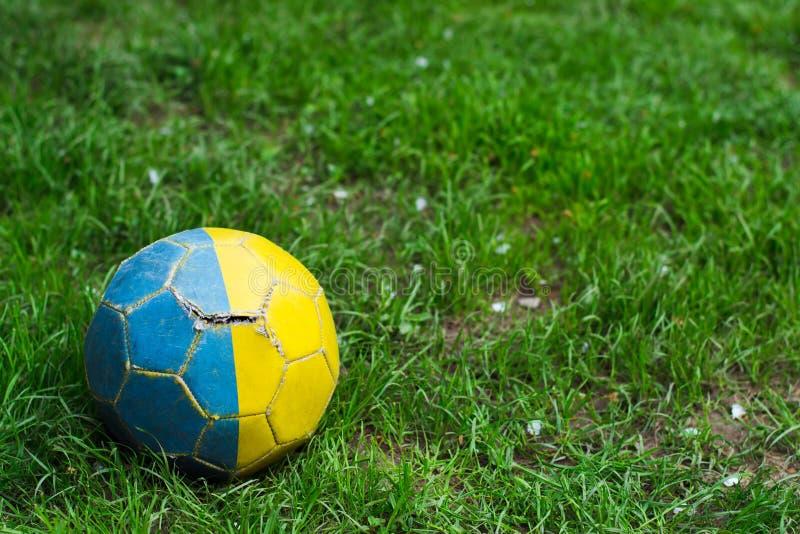 Vecchio pallone da calcio misero su erba immagini stock libere da diritti