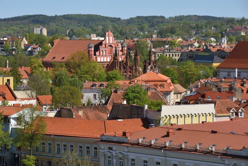 Vecchio panorama della città di Vilnius fotografie stock libere da diritti