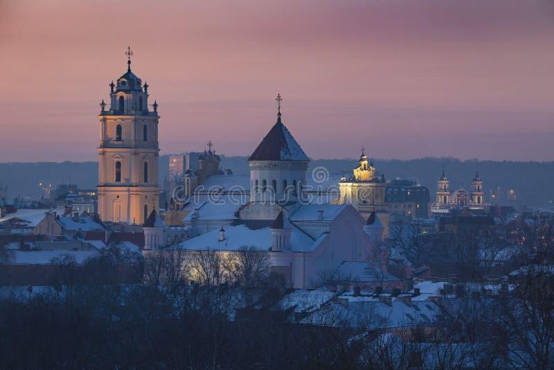 Vecchio panorama della città di Vilnius alla sera con il cielo rosa fotografia stock