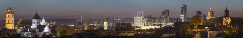 Vecchio panorama di notte della città di Vilnius con le belle costruzioni illuminate fotografie stock