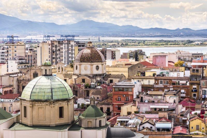 Vecchio panorama di sera della città di Cagliari - capitale del ` s della Sardegna con le case e la cattedrale tradizionali color fotografie stock libere da diritti