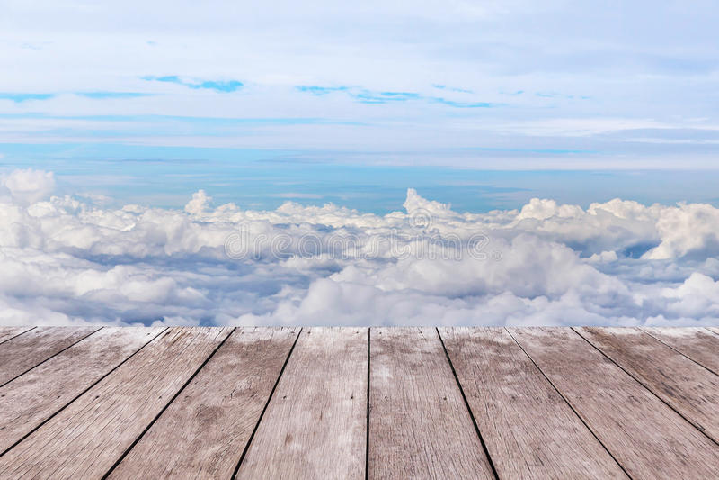 vecchio pavimento di legno del terrazzo del balcone sopra le nuvole bianche fotografia stock
