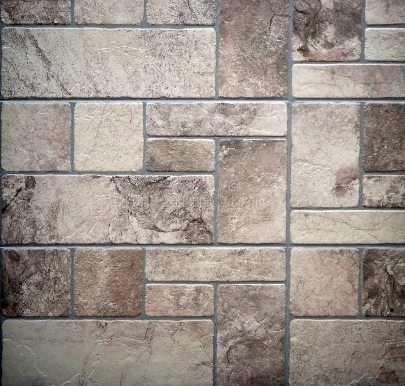 Vecchio pavimento rustico con le mattonelle di pietra invecchiate delle dimensioni differenti sistemate geometricamente immagine stock libera da diritti