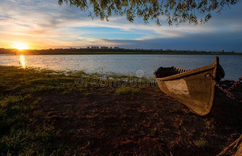 Vecchio peschereccio al tramonto immagini stock libere da diritti