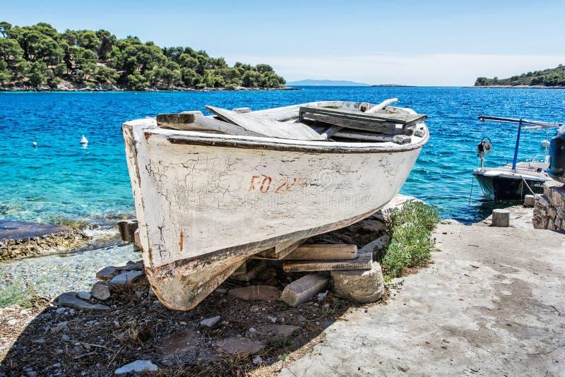 Vecchio peschereccio con pittura bianca incrinata, isola di Solta, Croazia fotografie stock libere da diritti