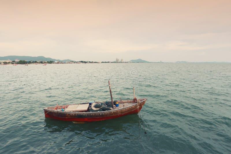 Vecchio peschereccio sulla costa di mare della Tailandia fotografia stock