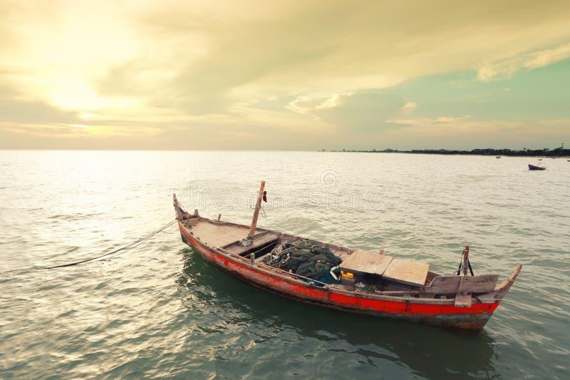Vecchio peschereccio sulla costa di mare della Tailandia immagini stock libere da diritti
