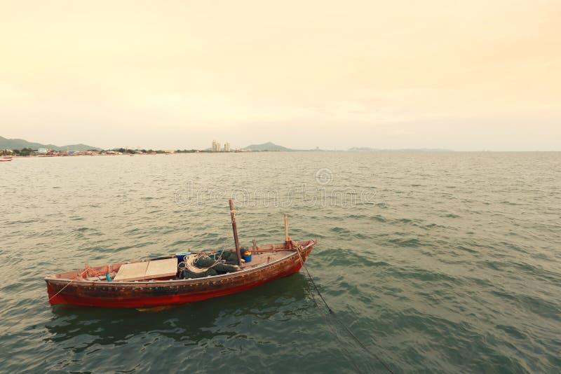 Vecchio peschereccio sulla costa di mare della Tailandia immagine stock