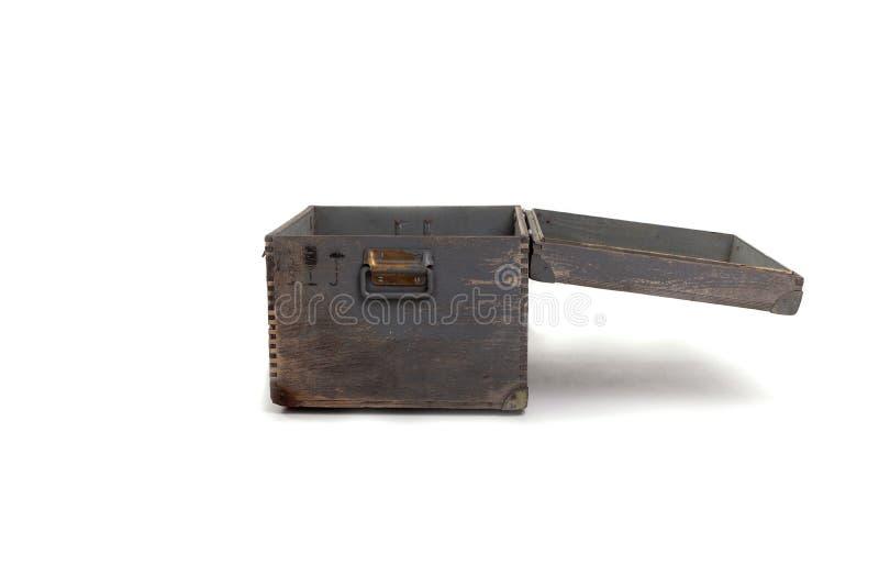 Vecchio petto di legno aperto, grigio con, isolato su fondo bianco immagini stock