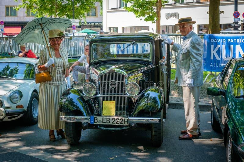 Vecchio Peugeot e più vecchie coppie ai giorni classici, un automob del Oldtimer fotografie stock libere da diritti