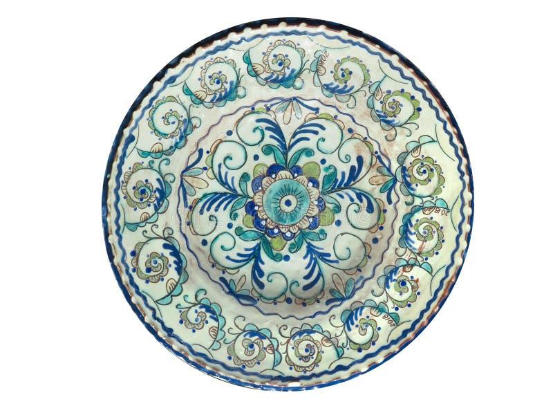 Vecchio piatto fatto a mano delle terraglie isolato su bianco fotografia stock libera da diritti