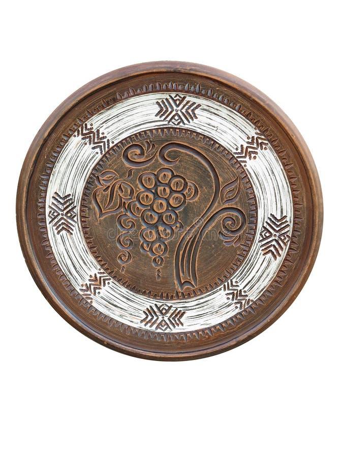Vecchio piatto marrone ornated fatto a mano delle terraglie isolato su bianco immagine stock libera da diritti