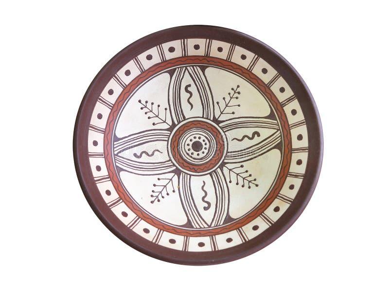 Vecchio piatto ornated fatto a mano delle terraglie isolato su bianco immagine stock libera da diritti
