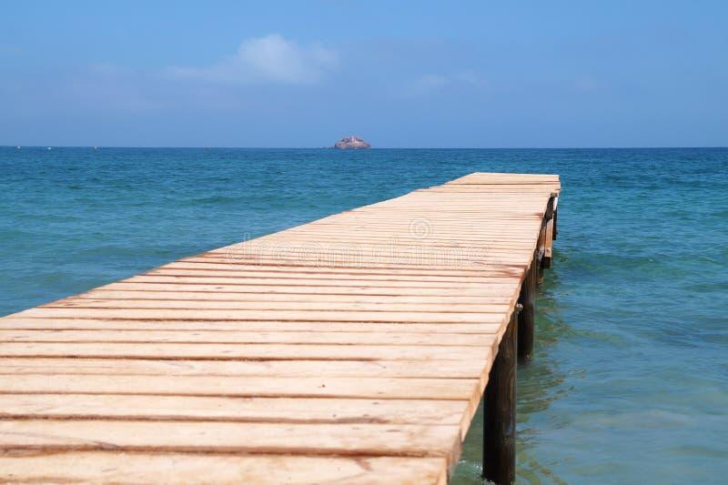 Vecchio pilastro di legno del ponte con sfondo naturale, il contesto e la scena multiuso del mare immagini stock