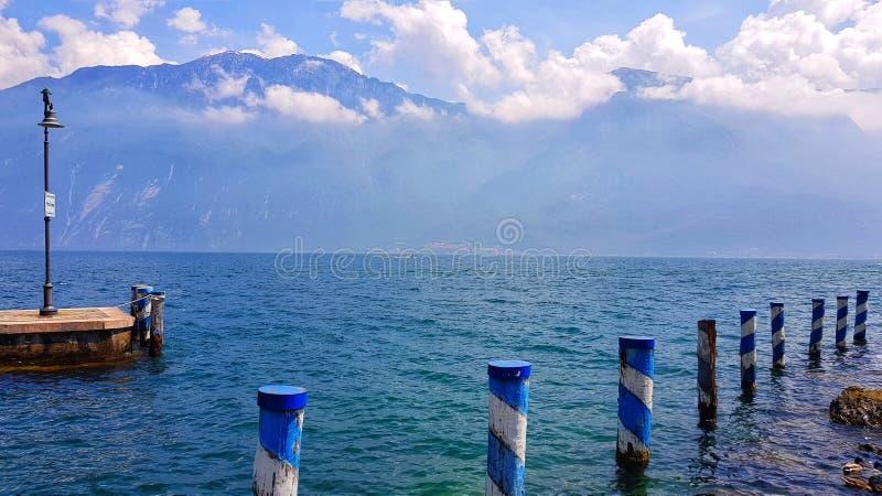 Vecchio pilastro sul lago garda fotografie stock libere da diritti
