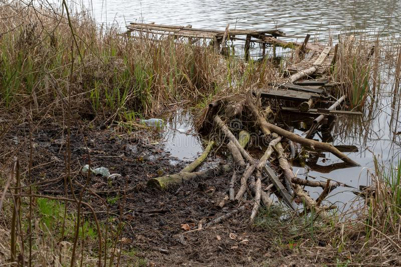 Vecchio ponte da pesca rotto di legno Posto inattivo per la pesca nel lago fotografie stock