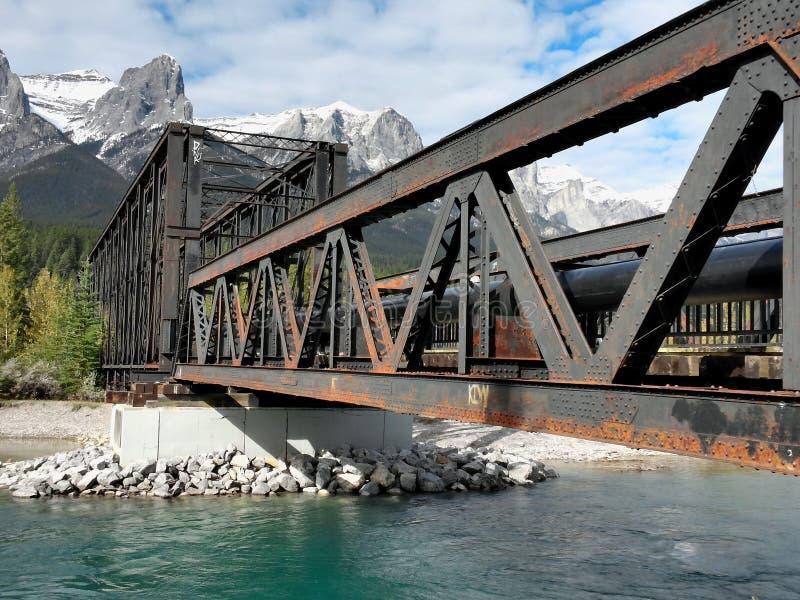Vecchio ponte del metallo in montagne rocciose canadesi fotografia stock