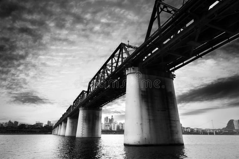 Vecchio ponte della ferrovia che attraversa il fiume immagini stock libere da diritti