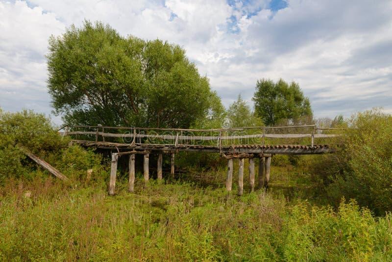 Vecchio ponte di legno rovinato immagini stock libere da diritti