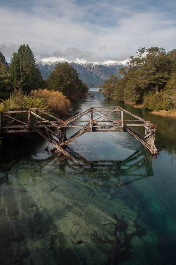 Vecchio ponte di legno su una strada di sette laghi, Argentina immagini stock