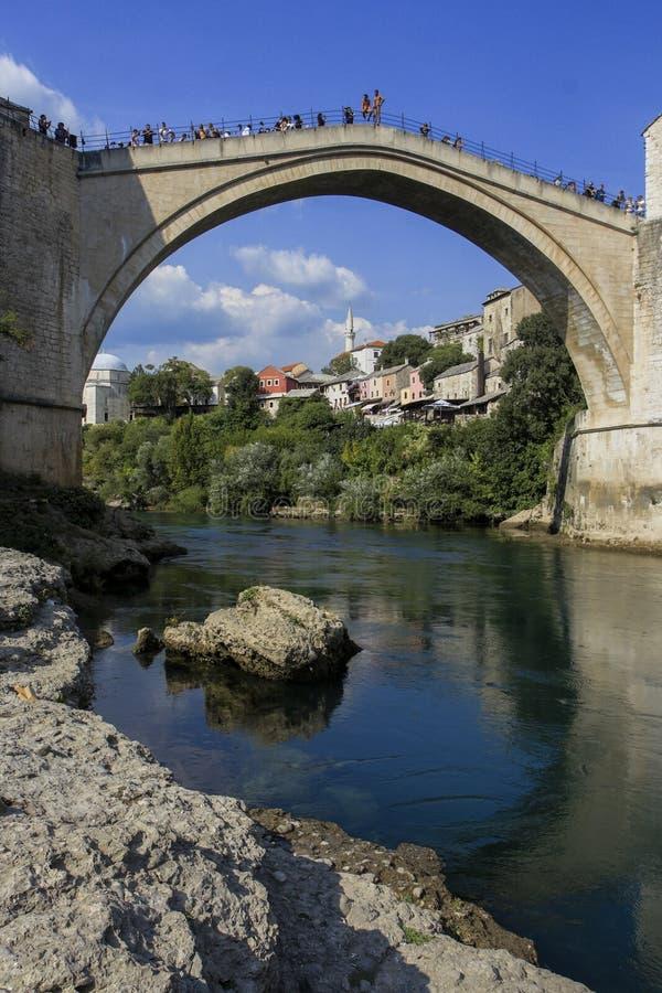 Vecchio ponte di Mostar dell'atmosfera della città fotografie stock