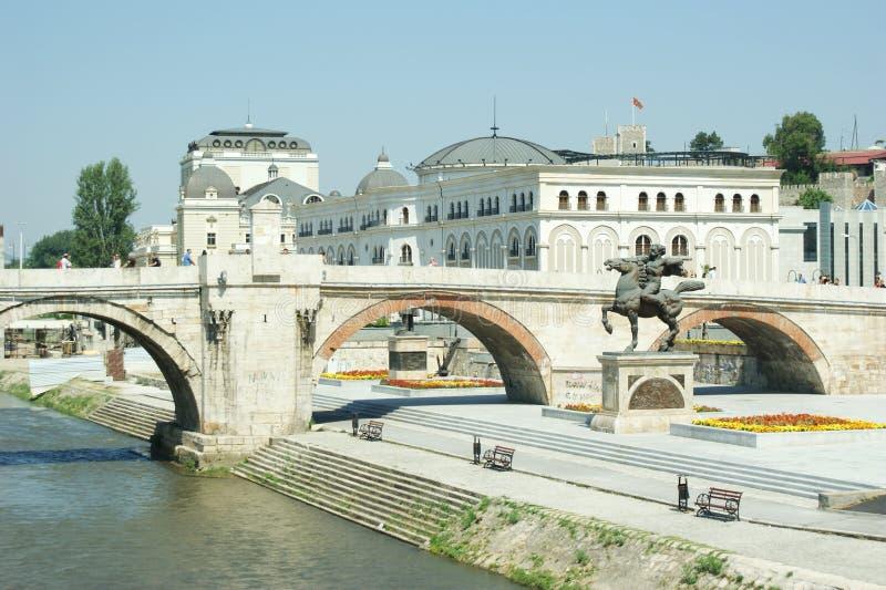 Vecchio ponte di pietra a Skopje, insieme alla statua di Karposh fotografia stock