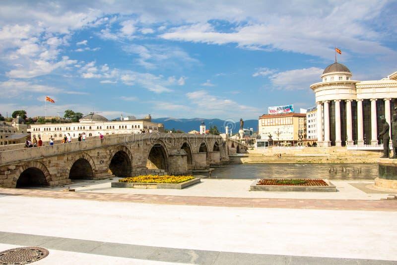 Vecchio ponte di pietra sopra il fiume di Vardar fotografie stock libere da diritti