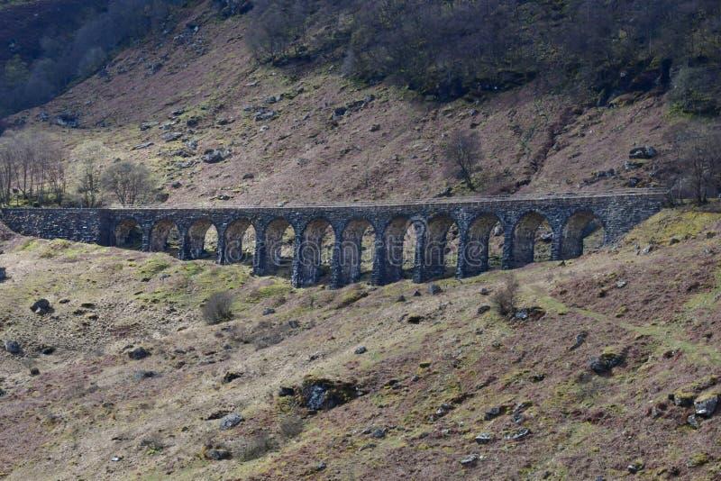 Vecchio ponte di pietra storico nel paesaggio degli altopiani della Scozia fotografie stock libere da diritti