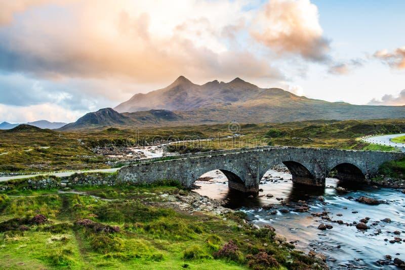 Vecchio ponte di Sligachan e il Cuillins, isola di Skye al tramonto immagine stock