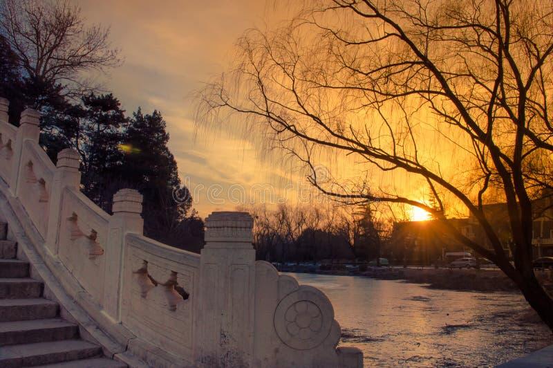 Vecchio ponte e tramonto immagini stock