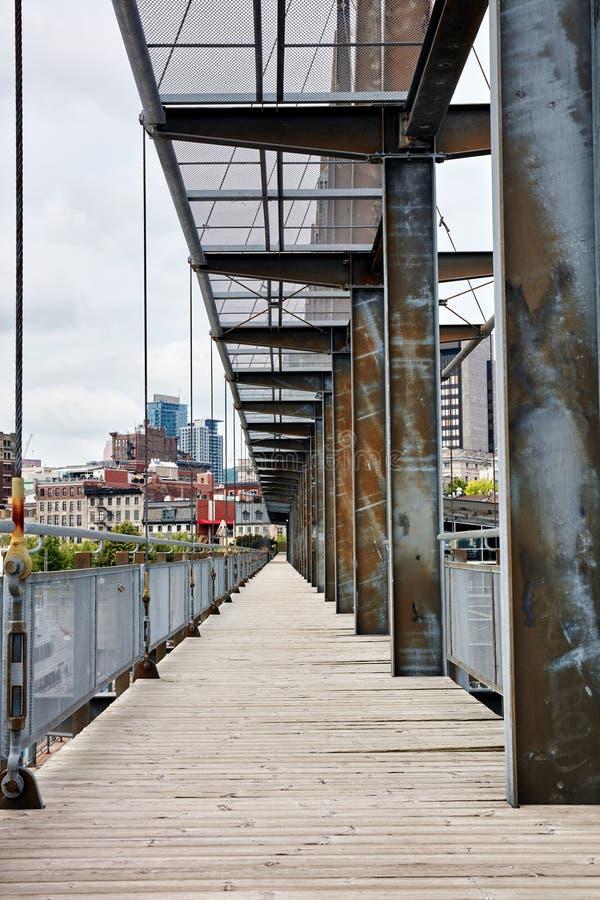 Vecchio ponte fatto della tavola di pavimento di legno della plancia e della trave d'acciaio del metallo fotografie stock