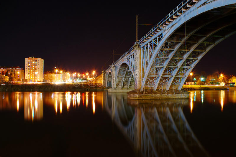 Vecchio ponte ferroviario di notte immagini stock libere da diritti