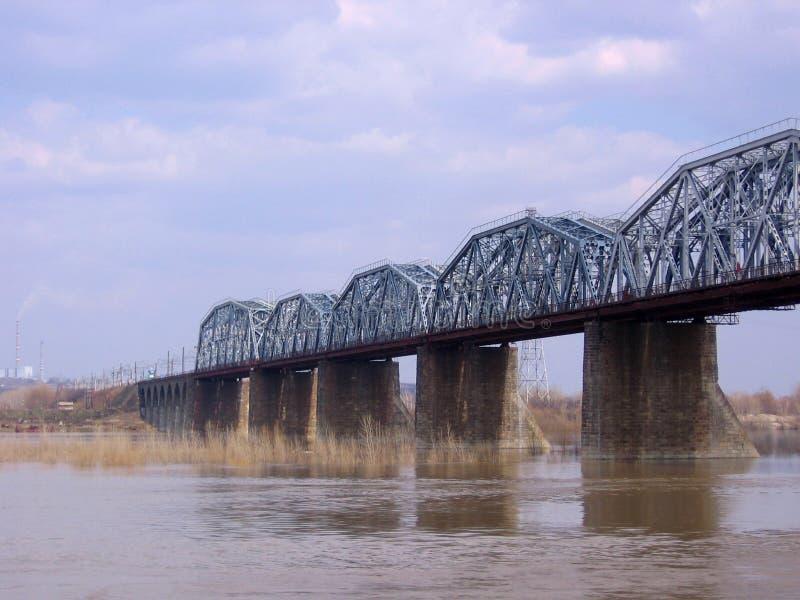 Vecchio ponte ferroviario di pietra Komsomolsky attraverso l'Ob'a Novosibirsk in autunno fotografie stock libere da diritti