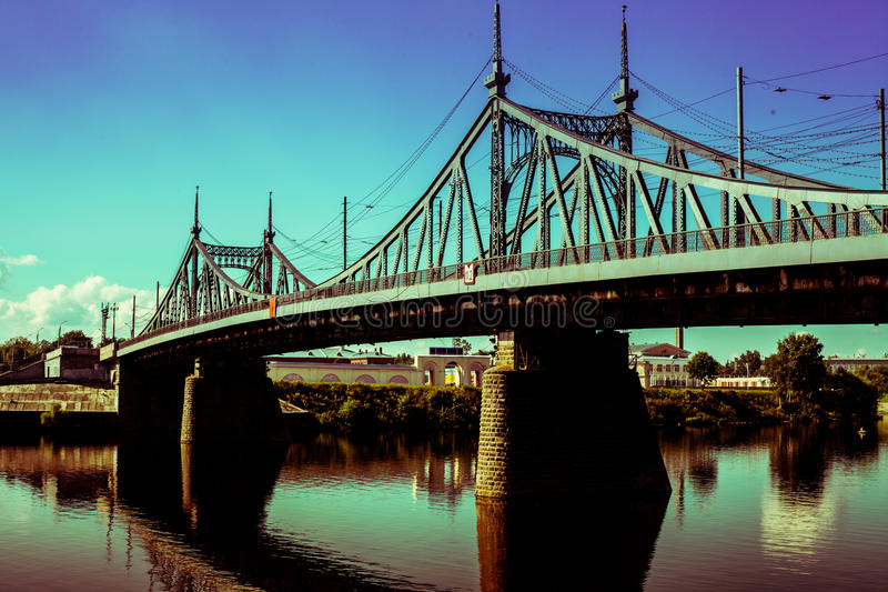 Vecchio ponte nella città di Tver', Russia Il fiume Volga fotografie stock